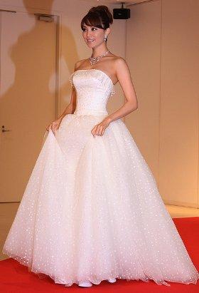 ペネロペ・クルスがアカデミー授賞式で着用したイメージのドレスに身をつつんだ蛯原友里