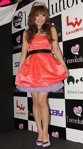 ピンクと黒のキュートな衣装で参加した安西ひろこ