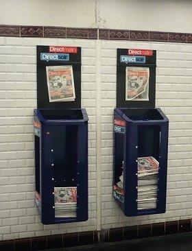 駅構内に設置された無料新聞のラック