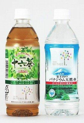 アサヒ飲料が発売する「東京スカイツリー」ラベルの「十六茶」(左)と「富士山のバナジウム天然水」(右)