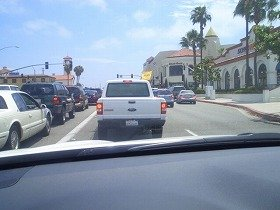 前の車、黄色いレイカーズ・フラッグをつけているのが分かるかな?