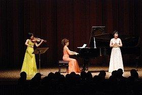 左から相川麻里子さん(ヴァイオリン)、岡崎ゆみさん(ピアノ)、矢崎陽子さん(ソプラノ)