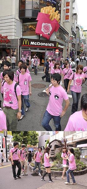バラ色Tシャツを着て「マクドナルド渋谷センター街店」を出発(写真上)。渋谷・モヤイ像近辺にも出没(写真下)