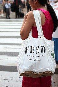 100食の給食を提供するFEED100。折りたたむと10×20センチのポーチサイズに=ホールフーズでの独占販売