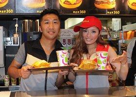 レジで「絶妙ハンバーガー」を販売する内藤大助さん(左)と安西ひろこさん(右)