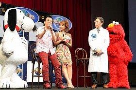 高橋ジョージ・三船美佳さん夫妻もアトラクションを楽しむ前後に脳機能測定などを実施。「信用」「理解」「愛情」各項目で高い数値の上昇があった。右が古賀教授(09年7月18日、ユニバーサル・スタジオ・ジャパン内で)