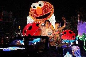 「マジカル・スターライト・パレード」。先頭で手を振るのはイベントに参加した高橋ジョージ・三船美佳夫妻  (C) & (R) Universal Studios. All rights reserved. (C) 2009 Sesame Workshop.