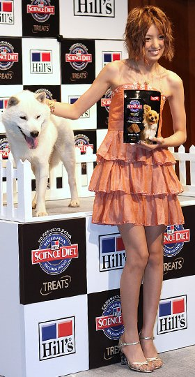 犬用おやつの発表会に参加した南明奈(右)と犬のカイ君(左)
