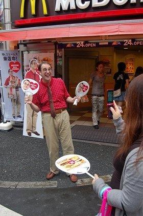 携帯で写メを撮られて笑顔のMr.ジェームス(10日、渋谷センター街店前にて)