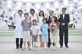 「アタックNeo夏休み親子洗濯教室」にゲスト出演した反町さん(後列左から2人目)と前田さん(同3人目)