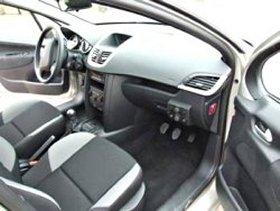 助手席にもペダルがついたレンタル教習車