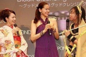 「すっぴんメイク」で笑顔を見せる市井紗耶香さん(左)、黒谷友香さん(中央)、いとうあさこさん(右)