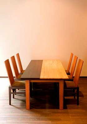 シンプルで丈夫、味わいがあるダイニングテーブル