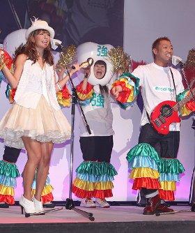 オリジナルソング「リカルデントで『美歯3歯(ビバサンバ)!』」を熱唱するスザンヌさん(左)と、はなわさん(右)