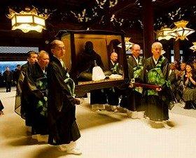 還座式では、教えの象徴である親鸞聖人の御真影(木像)を、修復されたばかりの御影堂へ戻した