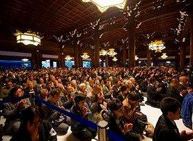 御真影をひと目でも拝もうと、還座式には全国から門徒1万2千人が集まり、熱心に念仏を唱えた