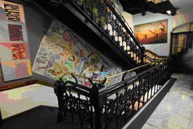 ホテル内の階段脇には、所狭しと絵画がかかる