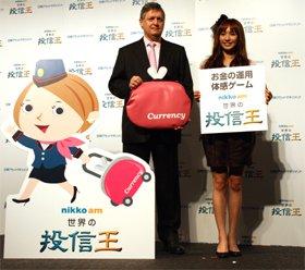 ビル・ワイルダー社長兼CIO(中央)と優木まおみさん(右)、マスコットキャラクターのカレンちゃん(左)