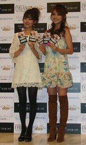 発表会に出席した舞川あいくさん(右)と阪井あゆみさん(左)