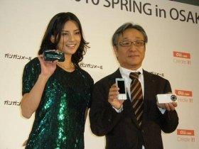 KDDIのイベントに出席した相沢紗世さん(左)とKDDIの甘田・コンシューマー関西支社長(右)