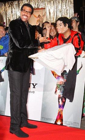「THIS IS IT」ジャパンプレミアでコスプレしたファンにサインするライオネル・リッチー
