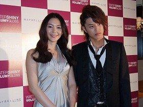 日本ロレアルの新製品発表会に出席した知花くららさん(左)と井上正大(右)