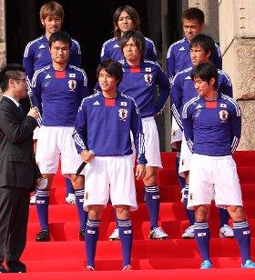 新ユニフォームを披露するサッカー日本代表