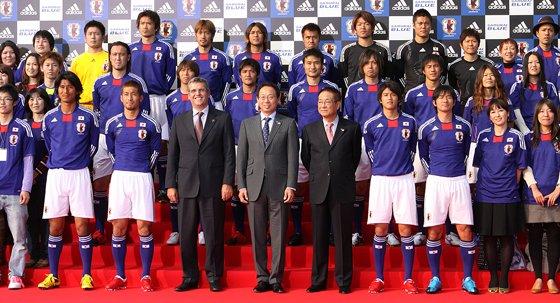 新ユニフォームを着た日本代表メンバーとサポーター