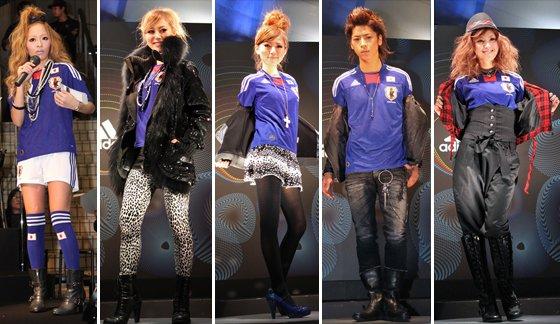 サッカー日本代表新ユニフォームファッションショー(左が小森純)