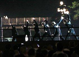 皇居二重橋から御覧になる天皇、皇后両陛下(画面左)にダンスを披露するEXILE