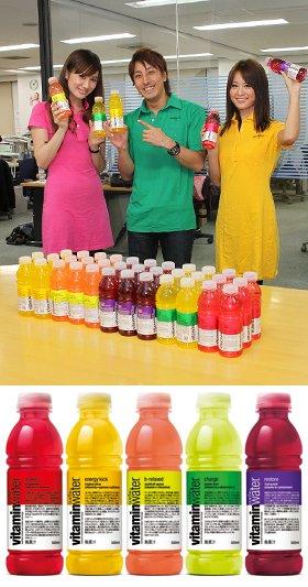 「グラソー ビタミンウォーター」のキャンペーン部隊でJ-CASTニュースを訪れた(左から)サヤカさん、森川太陽さん、レイさん