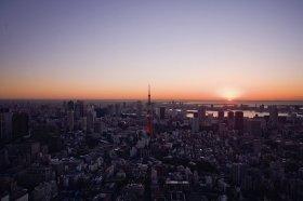 スカイデッキから初日の出に色付く東京を見つめて