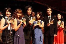 左から南沢奈央さん、相武紗季さん、大泉洋さん、堀北真希さん、渡部篤郎さん、主題歌担当の安藤裕子さん