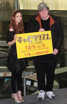 「キャピタリズム~マネーは踊る~」で来日したマイケル・ムーア監督(右)と小倉優子