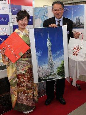 2010年東武の福袋を発表する販売推進部の川又部長(右)と松島さん(左)