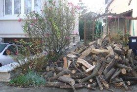 業者が配達した薪の山