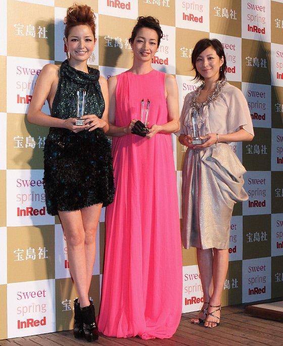 「日本ファッションアワード2009」授賞者(左から)梨花さん、りょうさん、広末涼子さん