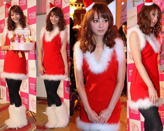 サンタの衣装で新CM発表会に出席した佐々木希さん