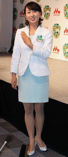 石田純一さんから贈られたダイヤの婚約指輪を披露する東尾理子さん