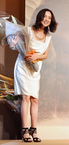 花束を持って「かいじゅうたちのいるところ」記者会見に登場した永作博美