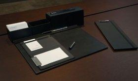 アルミニウムと黒を使った統一感のあるデスクトップ