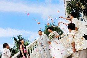 家族もフラワーシャワーで33回目の結婚記念日を祝福した