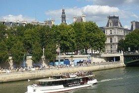 船からパリ・プラージュを眺める観光客たちも