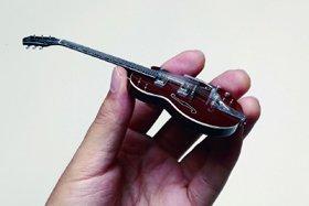 人気ギターを手のひらサイズで細部まで再現した