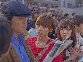 佐藤浩市さん(左)に質問するAKB48・篠田麻里子さん(中央)、小嶋陽菜さん(右)