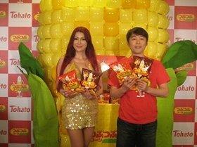 「つぶつぶコーン」のPRイベントに参加した叶美香さんとつぶやきシローさん