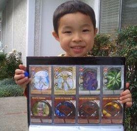 カード収集中の子ども。右手にもつ青いボールが爆丸だ