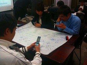 ケータイ活用教育研究会のワークショップで、アンケートの回答をケータイに入力する参加者たち(09年1月撮影)