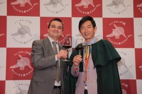 フランシスコ・マルチネス・アロヨさん(左)と石田純一さん(右)も乾杯