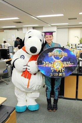 J-CASTニュース編集部を訪れたスヌーピーとパークコンシェルジュの山本さん